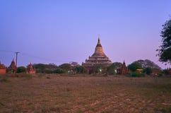 De schemeringen in het archeologische park van Bagan, Myanmar royalty-vrije stock foto