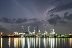 De schemeringhemel van de olieraffinaderij Royalty-vrije Stock Afbeelding