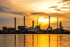 De schemeringhemel van de olieraffinaderij Royalty-vrije Stock Afbeeldingen