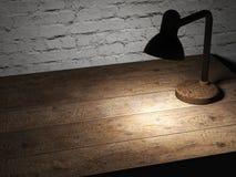 De schemerlamp met geel licht verlichtte houten tafelblad Stock Foto's
