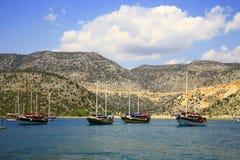 De schepen die zich op parkeren in het overzees bevinden Stock Fotografie