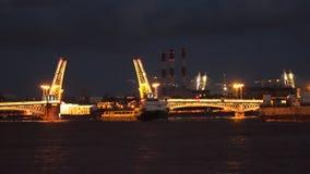 De schepen drijven voorbij de ophaalbrug De nacht is St. Petersburg tijd-tijdspanne Stock Afbeelding