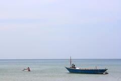 De Schepen en de boot van de visserszonsopgang op het strand Royalty-vrije Stock Fotografie