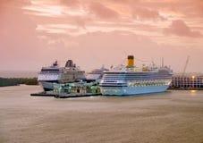 De schepen van de cruise bij dageraad