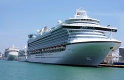 De schepen van de cruise bij de haven van Barcelona Stock Foto's