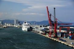 De schepen van de cruise bij de haven van Barcelona Stock Afbeeldingen