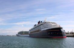 De Schepen van de cruise die bij Haven Canaveral, Florida worden gedokt stock afbeeldingen