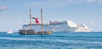 De Schepen van de cruise die in Grote Kaaiman worden verankerd Stock Foto