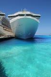 De Schepen van de cruise die in het Grote Eiland van Turk worden verankerd Stock Fotografie