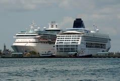 De schepen van de cruise in Nassau, de Bahamas Stock Afbeeldingen