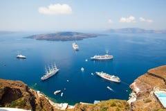 De schepen van de cruise in Santorini, Griekenland Royalty-vrije Stock Fotografie