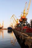 De schepen van de droog-lading bij een meertros van het uitwisselen van haven Stock Afbeeldingen