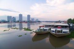 De schepen van de restaurantcruise op de rivier en de stad van Chao Phraya scape in Thailand Stock Foto's