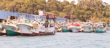 De boten van vissers in Koror stock afbeelding