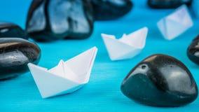 De schepen van het boom Witboek in sigle dossier tussen abstracte rotsstenen op blauwe achtergrond Stock Afbeeldingen