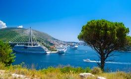 De schepen van de luxecruise bij de haven van Dubrovnik, Kroatië Stock Foto's