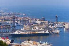 De schepen van de passagierscruise in de stad van Barcelona Royalty-vrije Stock Fotografie