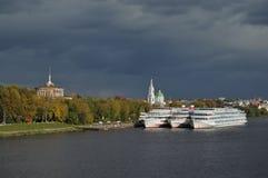 De schepen verankerden dichtbij stille stad Stock Foto