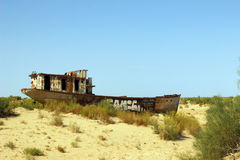 De schepen in woestijn, Aral Overzeese ramp, Muynak, Oezbekistan Royalty-vrije Stock Foto