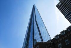 De Scherfweefgetouwen over de traditionele gebouwen van Londen Royalty-vrije Stock Afbeeldingen