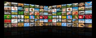 De schermen die een grote uitzendings videomuur vormen van verschillende media Stock Fotografie