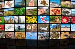 De schermen die een grote uitzendings videomuur vormen van verschillende media Royalty-vrije Stock Afbeeldingen