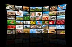 De schermen die een grote uitzendings videomuur vormen van verschillende media Royalty-vrije Stock Fotografie