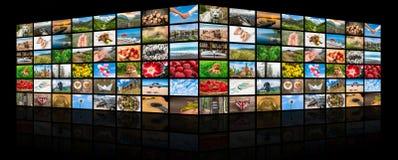 De schermen die een grote uitzendings videomuur vormen van verschillende media Stock Afbeeldingen