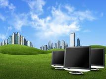 De schermen en gebouwen tegen groene aard, globa Stock Afbeeldingen
