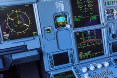 De schermen van de vliegtuigcockpit stock afbeeldingen