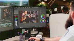 De schermen van professionele videoredacteur en colorist stock video
