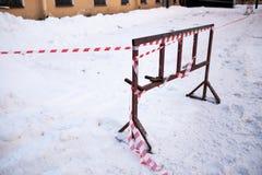 De schermende band waarschuwt van het gevaar van ijskegels in de wintertijd royalty-vrije stock afbeeldingen