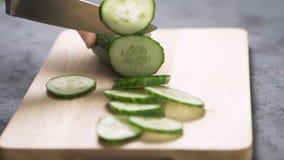 De scherpe groenten van de mens voor salade stock footage
