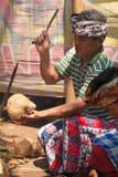 De scherpe kokosnoot van de mens Royalty-vrije Stock Afbeelding