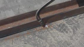 De scherpe metaalproducten met een gassnijder, de arbeider snijdt een metaalblad met een gassnijder, het close-up van het besnoei stock video