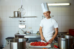 De scherpe tomaten van de chef-kok stock afbeelding