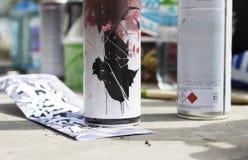 De schets onder verf kan Begin van graffitiproces stock afbeeldingen