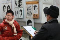 De schets van de oude schilder het schilderen jongere stock afbeelding