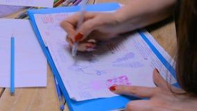 De schets van het de tekeningsontwerp van de manierontwerper stock videobeelden