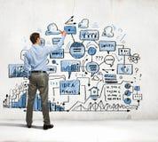 De schetsen van de zakenmantekening op muur royalty-vrije stock foto