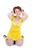 De schichtige spelen van de jonge vrouw met haar rood haar Royalty-vrije Stock Foto