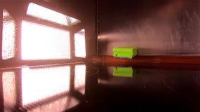 De schijnwerper steekt omhoog het vallen van een natte spons in langzame motie aan stock video