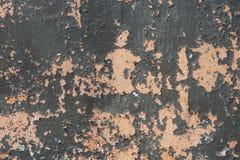 De schil doorstond en verouderde oude langzaam verdwenen verf op concrete muur van een huis, creërend een gespikkelde textuur royalty-vrije stock fotografie