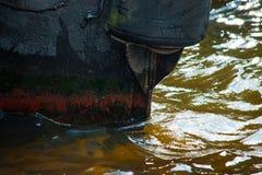 De schil van het oude schip in het water is dicht stock fotografie