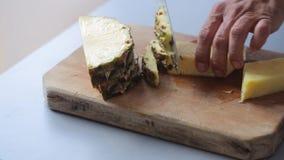 De schilananas van chef-kokhanden op houten scherpe raad stock video