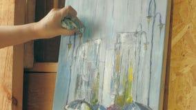 De schilder doet een beeld op canvas stock footage