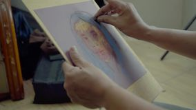 De schilder gebruikt pastelkleurkleurpotlood voor schilderende vrouw stock footage