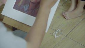 De schilder maakt vrouwengezicht het schilderen op canvas stock video