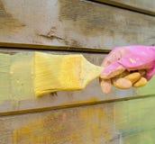 De schilder ` s dient handschoen met borstel in achtergrond, het werk stock afbeelding