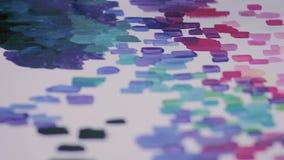 De schilder trekt op canvas met de borstel Abstract art stock video